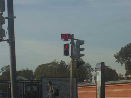 These countdown traffic lights are an absolutely brilliant idea and we should nick it